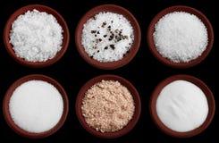 Seis placas do terracotta com sal do mar no preto foto de stock