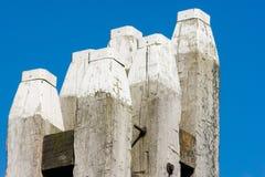 Seis postes de amarração oaken de encontro a um céu azul Imagens de Stock