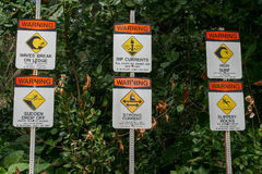 Seis señales de peligro en Ke'e Kee State Beach Park, Hawaii Fotografía de archivo