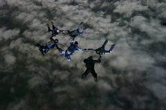 Seis skydivers que construyen una formación Fotografía de archivo libre de regalías