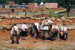 Seis soldados en el campo de batalla Foto de archivo