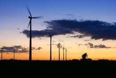 Seis turbinas eólicas que operam-se no crepúsculo Dodge próximo centram Minnesota fotos de stock royalty free