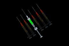 Seis varias jeringuillas en fila Foto de archivo