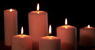 Seis velas do White Christmas que queimam-se na obscuridade vídeos de arquivo