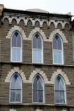 Seis ventanas adornadas con la piedra decorativa magnífica Foto de archivo libre de regalías