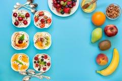 Seis yogures, ingredientes y espacio vacío Imagen de archivo