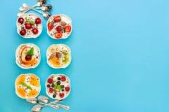 Seis yogures y espacio vacío Fotos de archivo