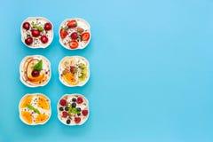 Seis yogures y espacio vacío Imagen de archivo