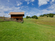 Seiser的Alm棚子在意大利白云岩 免版税库存图片