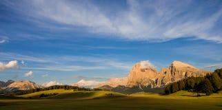 Seiser Alm em Tirol sul no sol da noite fotos de stock royalty free