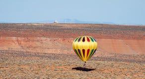 SEITE, ARIZONA/USA - 8. NOVEMBER: Heißluft, die herein nahe Seite im Ballon aufsteigt Stockbilder