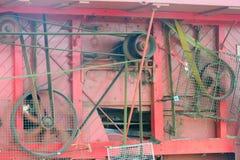 Seite der alten Dreschmaschine mit Gurten Lizenzfreie Stockfotografie