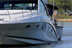 Seite der Yacht festgemacht Lizenzfreies Stockbild