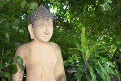 Seite des Buddha-Statuen-Porträtabschlusses oben im kambodschanischen Tempel Gree Lizenzfreie Stockbilder