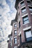 Seite des Gebäudes mit Erkerfenstern Stockfotos