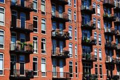 Seite des Gebäudes mit Fenstern Lizenzfreie Stockbilder