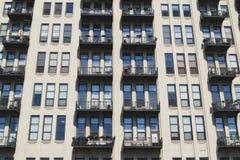Seite des Gebäudes mit Fenstern Lizenzfreie Stockfotos