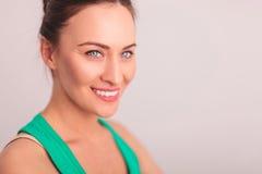 Seite des Gesichtes einer lächelnden Frau, das weg schaut Stockfotografie