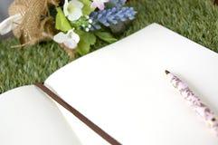 Seite des leeren Papiers mit Stift Stockfotografie
