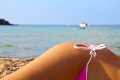 Seite des Mädchens auf dem Strand mit Kostümen Lizenzfreies Stockfoto