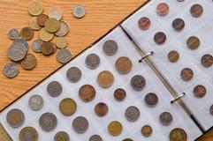 Seite des Münzkundealbums mit verschiedenen Münzen lizenzfreies stockfoto