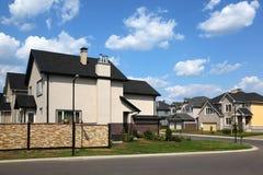 Seite des neuen Häuschens mit Zaun am sonnigen Tag. Stockbilder