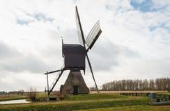 Seite einer niederländischen hölzernen hohlen Bockwindmühle Stockfotos