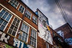 Seite eines Lagers in der Graffiti-Gasse, Baltimore, Maryland Stockbild