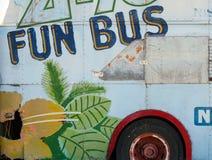 Seite eines rostigen alten Busses malte stockfoto
