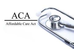 Seite mit erschwinglicher Sorgfalt-Tat ACA auf dem Tisch mit stethoscop Stockfoto