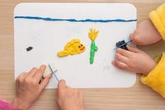 Seite online zwei Kinder werden vom Lehm an Bord der Fische und der Unterwasserblume im Meer, die Draufsicht geformt Lizenzfreies Stockfoto