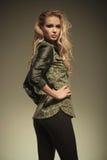 Seite sexy Blondine in der ledernen Hosenaufstellung Stockfotos