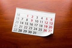 Seite vom Kalender liegt auf dem Tisch Stockfotos