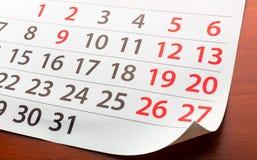 Seite vom Kalender liegt auf dem Tisch Stockfotografie