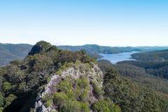 Seiten-Berggipfelvogelperspektive mit Hinze-Verdammung im Hintergrund stockfotos