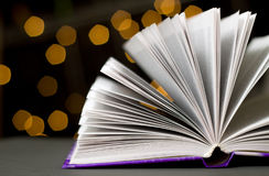 Seiten des offenen Buches mit grellem Glanz Stockfotografie