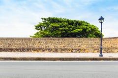 Seitenansicht über Straße mit Bürgersteig stockbild