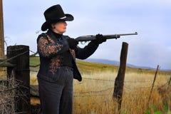 Seitenansicht-Dame Gunman Stockfotos
