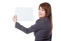 Seitenansicht der asiatischen Büromädchenshow ein leeres Zeichen Stockbild