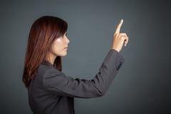 Seitenansicht der asiatischen Geschäftsfrau, die den Schirm berührt Lizenzfreies Stockfoto