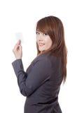 Seitenansicht der asiatischen Geschäftsfraushow eine leere Karte Stockbilder