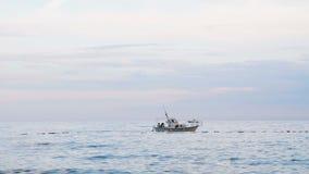 Seitenansicht der Bewegungsyacht laufend heraus in Meer montenegro stock footage