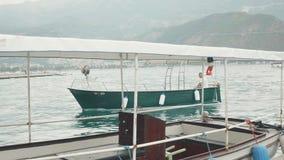 Seitenansicht der Bewegungsyacht laufend heraus in Meer montenegro stock video