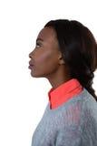 Seitenansicht der durchdachten jungen Frau, die oben schaut Stockfoto