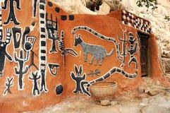 Seitenansicht der Gestaltungsarbeit auf einem Dogon Gebäude Stockbilder