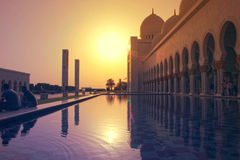 Seitenansicht der größten Moschee in UAE, GROSSARTIGE MOSCHEE SHEIKH ZAYEDs, ABU DHABI Lizenzfreie Stockfotos