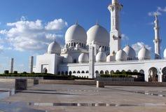 Seitenansicht der großartigen Moschee in Abu Dhabi Stockbild