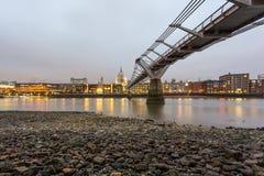 Seitenansicht der Jahrtausend-Brücke mit Heiligem Paul Cathedral auf Hintergrund Stockfoto