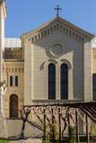 Seitenansicht der katholischen Kirche mit Fenstern und Tür Stockfoto