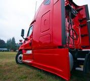 Seitenansicht der kommerziellen hellen roten modernen halb LKW-Proanlage stockfoto